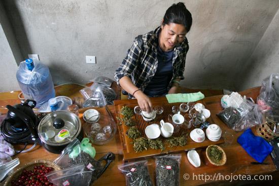 プーアル茶をいれているラフ族の女性