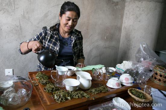 Rahu lady brewing pu-erh tea