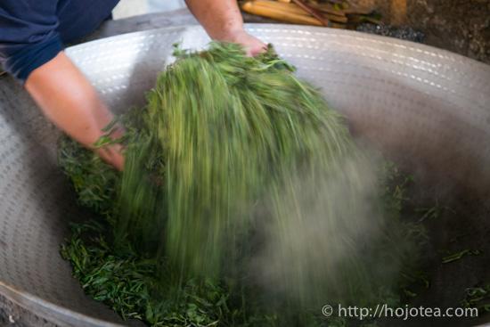 The pan-frying process of pu-erh tea