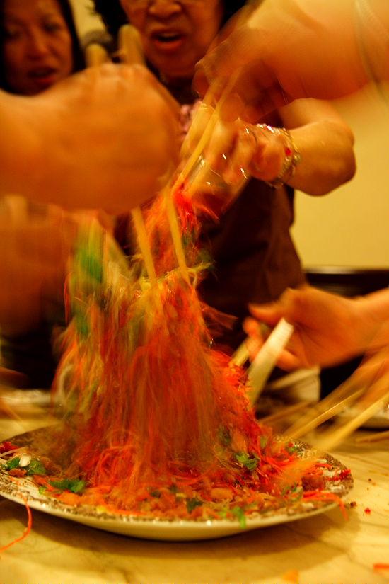 みんなで食べ物を高く高く持ち上げて落とす動作を繰り返し、混ぜ混ぜします。