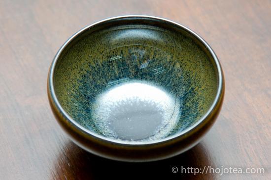 天目茶碗 写真の湯飲みは天目茶碗です。天目とは、中国禅宗の中心であった浙江の天目... 見た目重