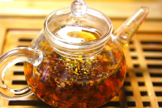 手選別後のファニングスを淹れたもの。面倒なので中国茶用の道具を併用しています。