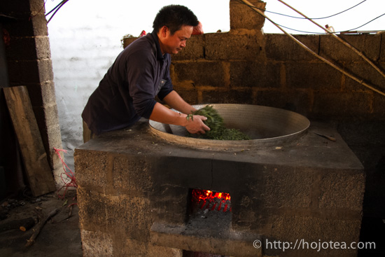 The pan-frying process of raw pu-erh tea