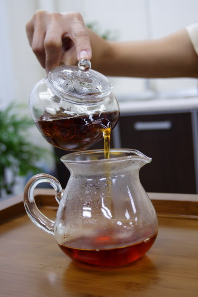 When the tea is ready, pour it into the pitcher at a lower position. If the tea is directly served into several tea cups, pour the tea into each cup alternately to equalize the concentration of tea in each cup. For a beginner, it is easier to use a pitcher.