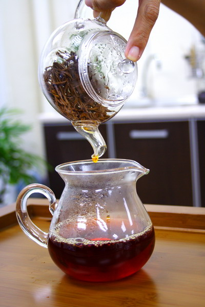 Pour tea into a pitcher completely until the last drop which is most concentrated. It is important to enjoy the following brewing.