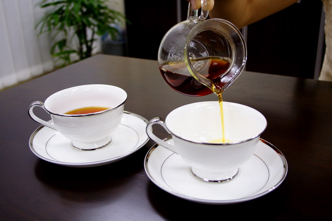Here we introduce serving tea using a glass. It is also elegant to use English tea cup or China tea ware.