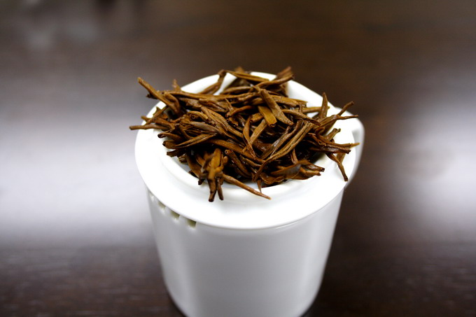 The leaves shown here lies on the professional inspection cup. If the tea leaves are of good quality, the brewed leaves give a strong flavor as well. This indicates that good material is used.