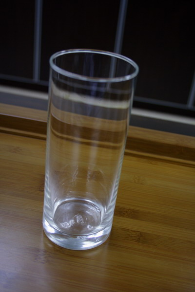 The suitable way to serve Yun Feng is using long glass. The Long glass is often used for serving exclusive Chinese green or yellow tea. The glass used should be clear without any decorative design, transparent, rounded and smooth, with this glass, it is best to observe the color of liquor when brewed.