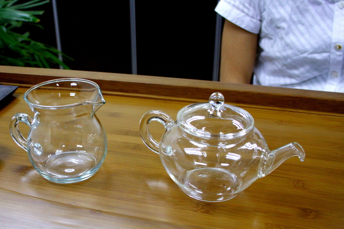 Use a glass or porcelain tea pot. It is important not to share the same clay tea pot which has been used for other oolong teas or Pu-Erh tea.