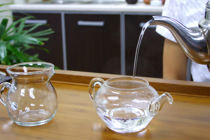 Pour boiling water into the tea pot and fill up to 70%. This is to heat up the tea pot. If the pot is not warmed up, the temperature of water will drops drastically when a cold tea pot is used for brewing tea. This will affect the taste and flavor of tea.