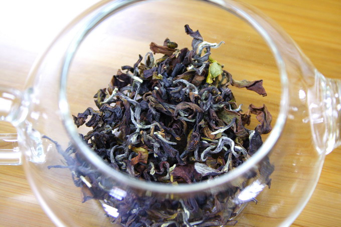 The photo shows the tea leaves inside the tea pot. The tea leaves almost covers the bottom part of tea pot.