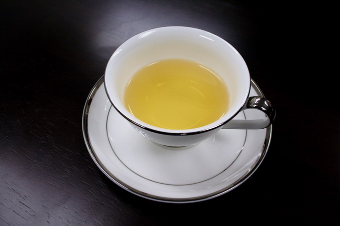 Here we introduce the serving of tea using a glass. It is also elegant to use the dainty English tea cup or China tea ware.