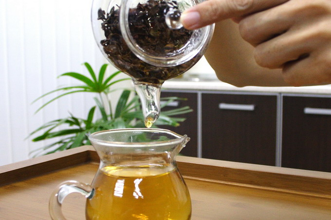 Pour tea into a pitcher completely until the last drop which is most concentrated. It is important to keep the tea leaves without liquor before subsequent brewing. Steeping the tea leaves in hot water will caused excessive extraction of polyphenol and tannin which gives an astringent and bitter taste.