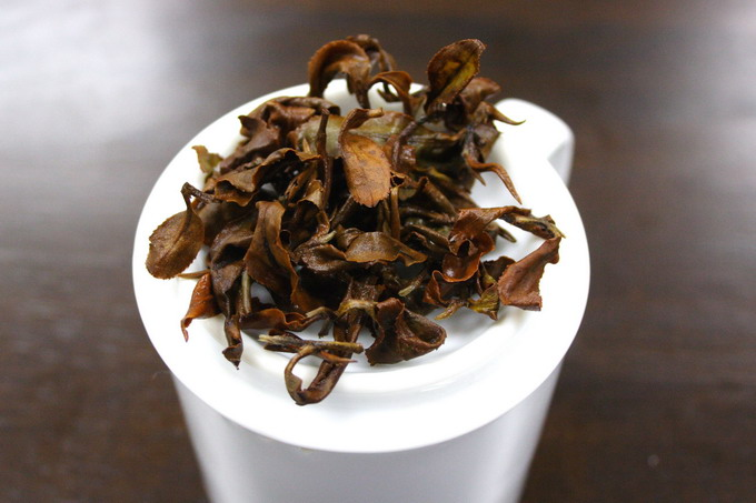 The leaves shown here lies on the professional inspection cup. If the tea leaves are of good quality, the brewed leaves give a strong flavor as well. This indicates that good material is being used.