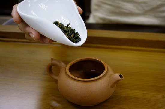The tea pot in the photo is about 200ml and therefore we take tea leaf around 5g.