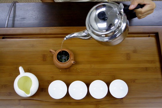 Pour boiling water into tea pot up to 90%.