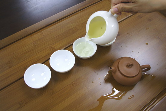 While waiting for brewing, pour hot water from the pitcher into the tea cups in order to warm them up. But this is not practiced in Taiwan as they believe there is no need to warm up the tea cup.
