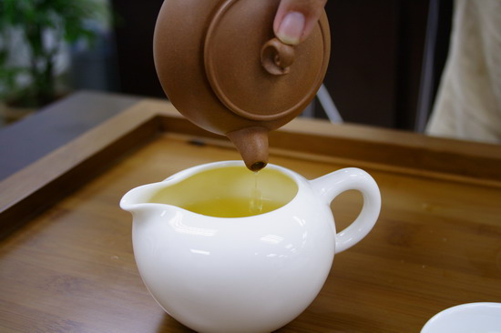 Pour tea into pitcher completely. It is important to enjoy the following brewing.