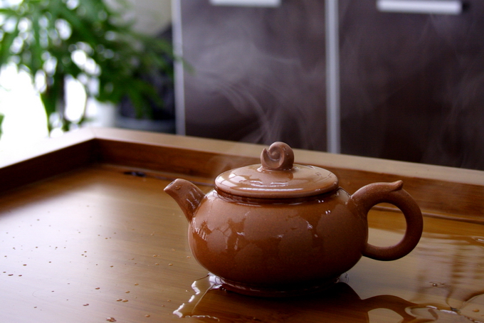 In China, they pour boiling water over the cap in order to keep the tea pot warm. But this method is never used in Taiwan as they believe that the tea pot is hot enough.