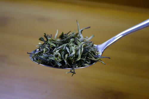 Prepare 3 g of tea leaves for 150 to 200ml of water. The photos shows one table spoon of tea leaf which is about 3g. The quantity of tea leaf used can be adjusted based on one's preference on the taste.
