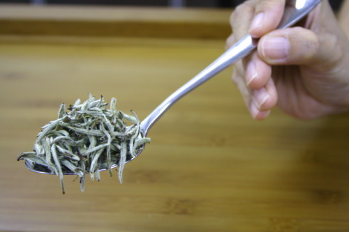Take 3g of tea leaves for 150�`200ml of water. This photo shows 3g of tea leaves that is equivalent to one table spoon.