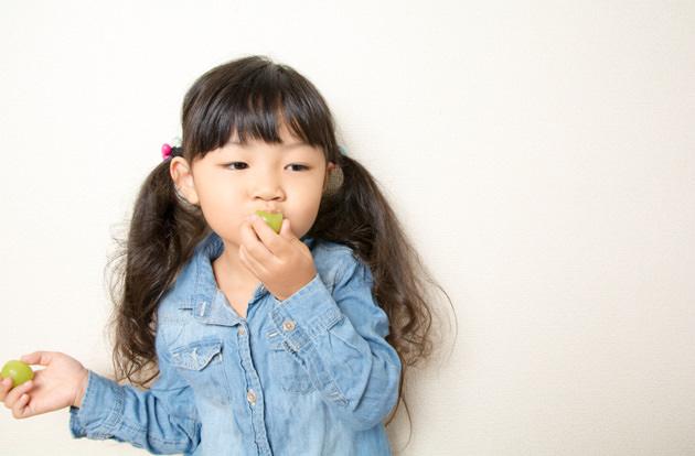 マスカットを食べる女の子