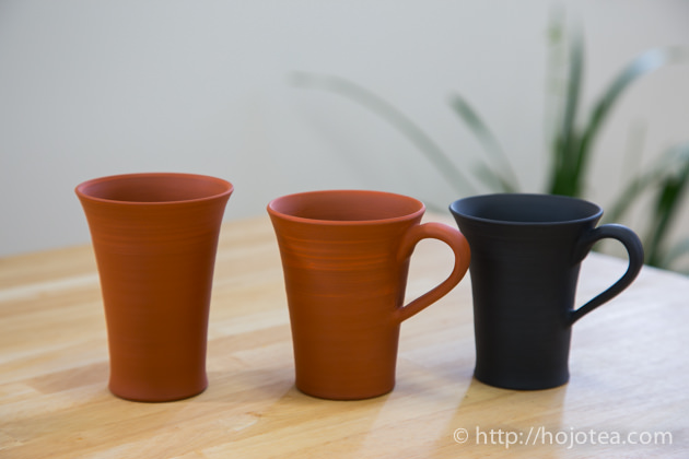 陶器でコーヒーを飲む